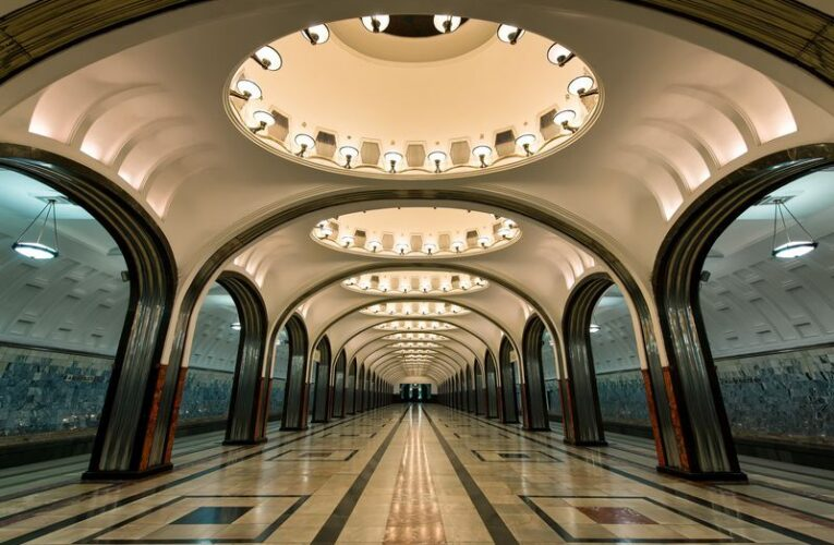 Онлайн-экскурсия «Московское метро — подземный храм СССР»