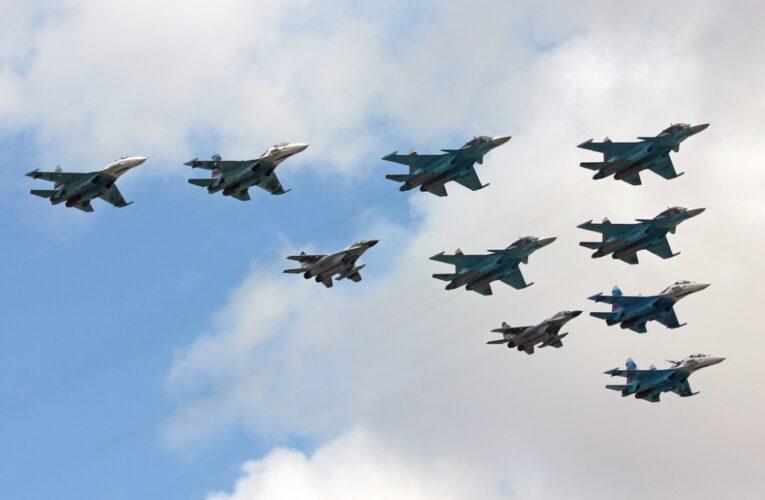 Над Красной площадью пролетели 75 самолетов и вертолетов