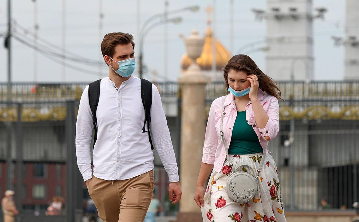 Власти Москвы решили не отменять требование носить маски и перчатки