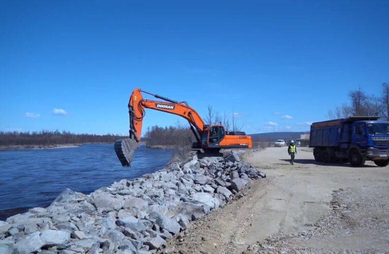 В Магаданской области раньше срока планируют ввести в эксплуатацию водоограждающую дамбу на реке Ола